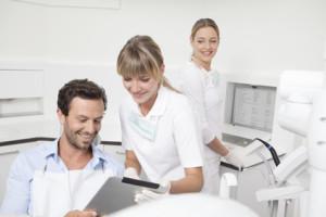 Deutschland, Zahnarzt, der Zwischenablage an Patienten